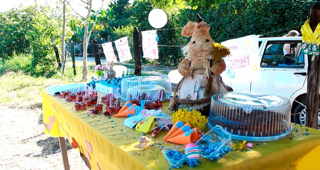 Uma das mesas decoradas de doces e bolos