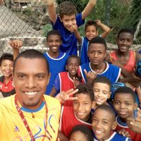 Eliano com crianças do projeto Somar + Esporte. Ele conduzirá amanhã, 3 de agosto, a tocha olímpica.