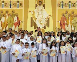 Crianças do Centro Solidário Nossa Senhora Aparecida fazem sua Primeira Comunhão